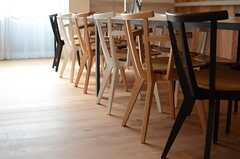 色違いの椅子が並びます。(2014-07-15,共用部,LIVINGROOM,1F)