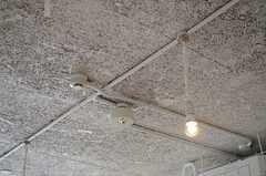 天井はラフな仕上げ。(2014-07-15,共用部,LIVINGROOM,1F)