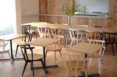 ソファが分からみたテーブル席の様子。(2014-07-15,共用部,LIVINGROOM,1F)