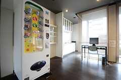 自動販売機が設置されています。(2015-06-09,共用部,LIVINGROOM,1F)