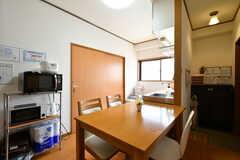 ダイニングテーブル脇はキッチンです。(2018-04-13,共用部,LIVINGROOM,4F)