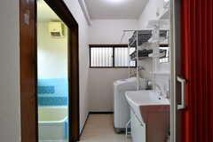 脱衣室に設置された洗面台と洗濯機。(2020-01-15,共用部,OTHER,1F)