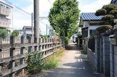 シェアハウスは線路沿いですが、のんびりとした雰囲気です。(2012-08-31,共用部,ENVIRONMENT,1F)