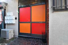 玄関ドアの様子。カラフルです。(2016-10-24,周辺環境,ENTRANCE,1F)