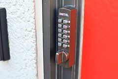 玄関の鍵はナンバー式。(2016-10-24,周辺環境,ENTRANCE,1F)