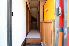 玄関から見た内部の様子。右手にリビングがあります。(2016-10-24,周辺環境,ENTRANCE,1F)