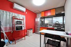 リビングの様子。キッチンが併設されています。(2016-10-24,共用部,LIVINGROOM,1F)