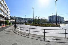 東葉高速線・飯山満駅前ロータリーの様子2。カフェやコンビニ、飲食店などがロータリーを囲みます。(2016-10-24,共用部,ENVIRONMENT,1F)