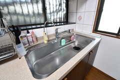 シンクの様子。大きなサイズです。浄水器は故障中とのこと。ガスコンロの上の棚に、炊飯器と電気ケトルが置かれています。(2017-07-06,共用部,KITCHEN,1F)