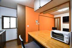 ダイニングテーブルの上にオーブントースターが置かれています。(2017-07-06,共用部,KITCHEN,1F)