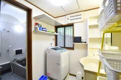 バスルームの脱衣室の様子。脱衣室には洗濯機と洗面台が設置されています。(2017-07-06,共用部,LAUNDRY,1F)
