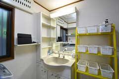 洗面台の様子。洗面台の収納棚は専有部ごとにボックスが用意されています。(2017-07-06,共用部,WASHSTAND,1F)