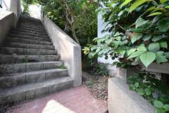 玄関の脇の階段の先は、共用の庭です。(2017-07-06,共用部,OTHER,2F)
