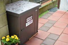 玄関前に設置された宅配ボックス。(2018-06-15,周辺環境,ENTRANCE,1F)