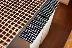 棚の天板のタイルに合わせて、ゴミ箱もタイル調の模様にアレンジされています。(2018-06-15,共用部,KITCHEN,1F)