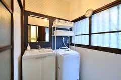 脱衣室の様子。洗面台と洗濯機が設置されています。(2018-06-15,共用部,BATH,1F)