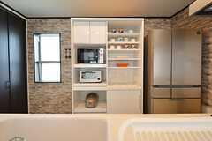 食器棚にキッチン家電が設置されています。(2016-04-04,共用部,KITCHEN,2F)