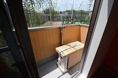 掃き出し窓の外はベランダです。(202号室)(2014-07-29,専有部,ROOM,2F)