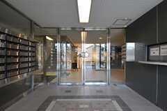左手にポストがあります。奥のドアはオートロックです。(2013-03-04,周辺環境,ENTRANCE,1F)