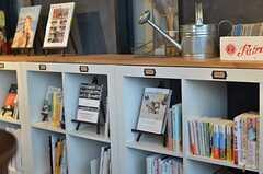 本棚には「Travel」「Lifestyle」などカテゴライズされた本が並びます。(2013-03-04,共用部,OTHER,1F)