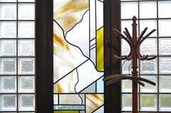 窓にはステンドガラス風のフィルムが貼ってあります。(2013-03-04,共用部,OTHER,1F)