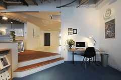 ほんの少しレベル(高さ)が異なるだけで、空間の使い方が大きく異なります。天井も高く感じます。(2013-03-04,共用部,LIVINGROOM,1F)