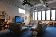 TVは60型とかなり大きめ。(2013-03-04,共用部,LIVINGROOM,1F)