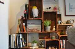 ソファ脇の棚には、本や小物が飾られています。(2013-03-04,共用部,OTHER,1F)