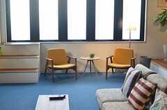 窓辺にもアームチェアが置かれています。気持ちよさそうな席です。(2013-03-04,共用部,OTHER,1F)