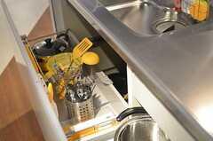 シンク下の引き出しには、調理道具が収納されています。(2013-03-04,共用部,KITCHEN,1F)