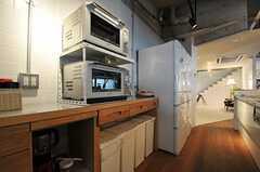 キッチン家電とゴミ箱の様子。(2013-03-04,共用部,KITCHEN,1F)