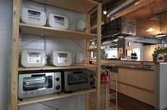 炊飯器と電気ケトル、オーブンがあります。(2013-03-04,共用部,KITCHEN,1F)