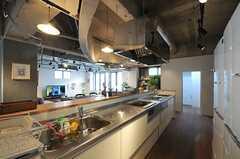 使いやすそうなアイランドキッチンです。突き当たりのスペースに食器棚があります。(2013-03-04,共用部,KITCHEN,1F)
