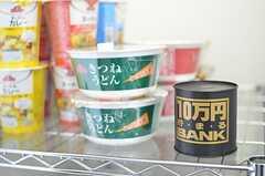 コンビニまで少し距離があるので、軽食も置いています。100円を貯金箱に入れるシステム。(2013-03-04,共用部,OTHER,1F)