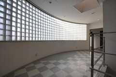 階段を上がると圧倒的なガラスブロックが。(2013-03-04,共用部,OTHER,3F)