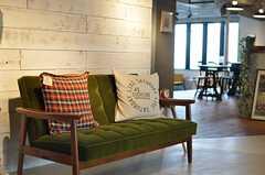 エントランス前に置かれたソファの様子。(2013-03-08,周辺環境,ENTRANCE,1F)