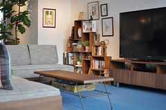 ソファスペースの一角には、木枠を積み重ねて作られた本棚があります。(2013-03-08,共用部,LIVINGROOM,1F)