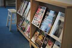 ラウンジには各種雑誌が置かれています。(2013-03-08,共用部,LIVINGROOM,1F)