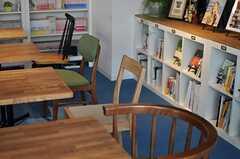 カフェスペースの椅子は色とりどり。(2013-03-08,共用部,LIVINGROOM,1F)