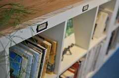 本棚でそれぞれジャンルが分けられています。(2013-03-08,共用部,LIVINGROOM,1F)