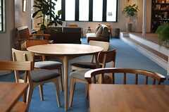 カフェスペースの脇には、大きな円卓もあります。(2013-03-08,共用部,LIVINGROOM,1F)