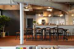 ソファスペースから見たキッチンの様子。(2013-03-08,共用部,KITCHEN,1F)