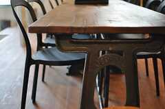 キッチン脇のダイニングテーブルの脚がかっこいい。(2013-03-08,共用部,KITCHEN,1F)