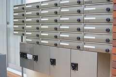 集合ポストの様子。下部には宅配ボックスが設置されています。(2015-03-20,周辺環境,ENTRANCE,1F)