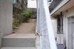建物の裏側にも菜園スペースが設けられています。(2015-03-20,共用部,OTHER,1F)