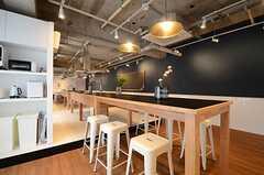 カウンターテーブルとキッチンスペースはひとつながり。(2015-03-20,共用部,OTHER,1F)