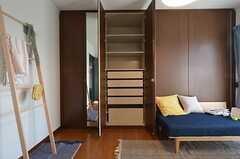 収納の様子。扉2枚分の収納スペースがあります。※モデルルームです(2015-02-26,専有部,ROOM,3F)
