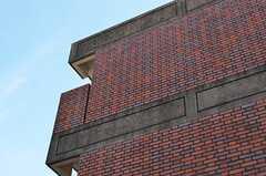 シェアハウスは、レンガ壁の外観の建物です。(2015-02-26,共用部,OUTLOOK,1F)