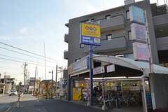 京成線・薬円台駅の駅前にはレンタルショップがあります。(2015-02-26,共用部,ENVIRONMENT,1F)