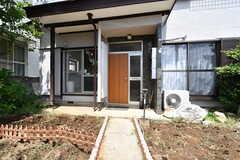 玄関ドアの様子。アプローチの両側には庭があります。(2017-06-08,周辺環境,ENTRANCE,1F)